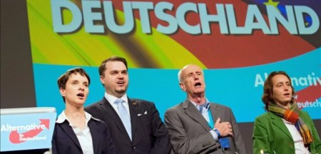 cupula-dirigente-del-afd-entona-himno-aleman-convencion-federal-del-partido-hannover-noviembre-1449078106357